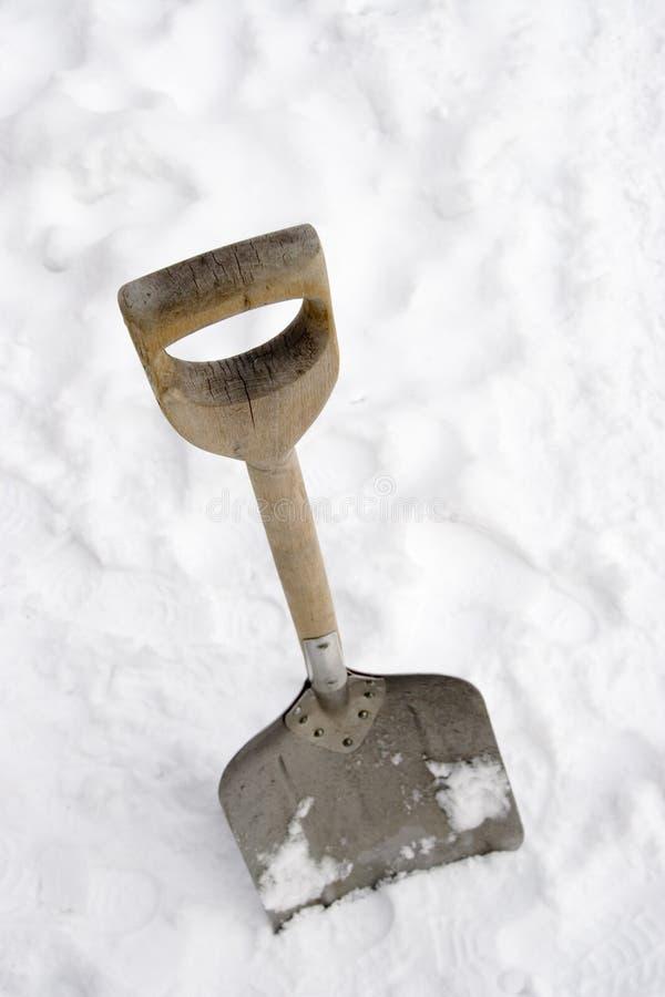 De Schop van de sneeuw in de sneeuw royalty-vrije stock afbeelding