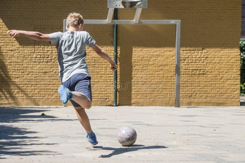 De schop van het straatvoetbal stock foto