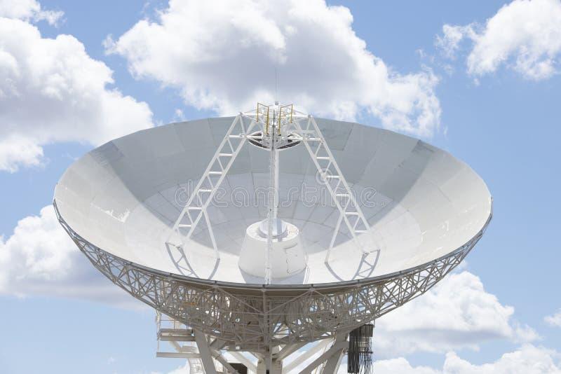 De schotel van de astronomietelescoop met blauwe zonnige hemel royalty-vrije stock foto's