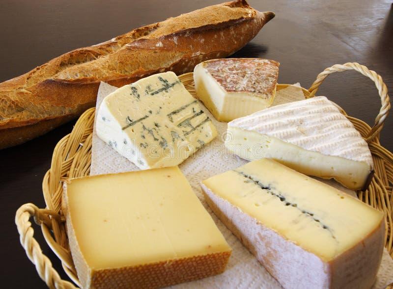 De schotel van de kaas en een knuppelbrood stock fotografie