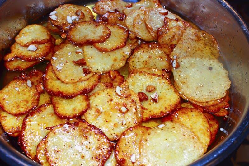 De schotel van het bataatvoedsel, aardappelfritters die in een verkoopbox worden gekookt royalty-vrije stock foto's
