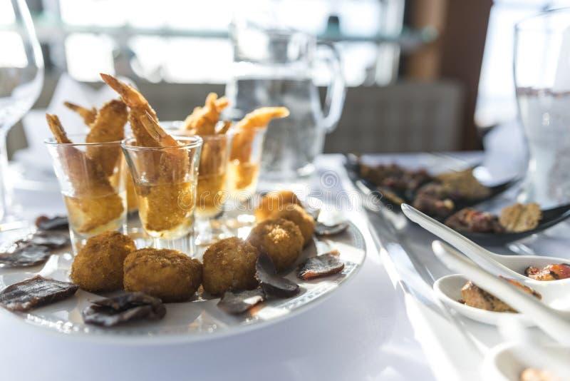 De schotel van de zeevruchtenaanzet, voorgerecht en gefrituurd vingervoedsel royalty-vrije stock afbeeldingen