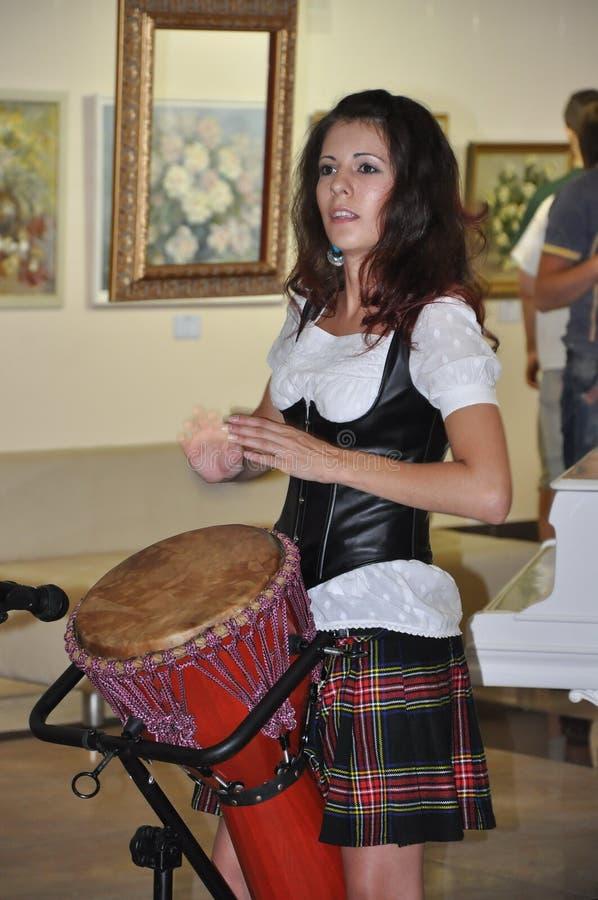 De Schotse jonge vrouw die een trommel spelen, zingt royalty-vrije stock foto's