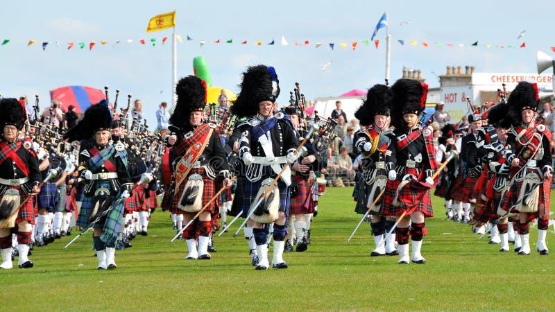 De Schotse Pijpen paraderen bij de Spelen van Nairn Highlanf royalty-vrije stock foto