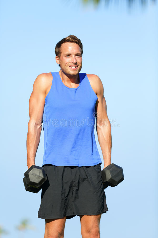 De schouder haalt de mens van de gewichtheffengeschiktheid openluchtop stock foto