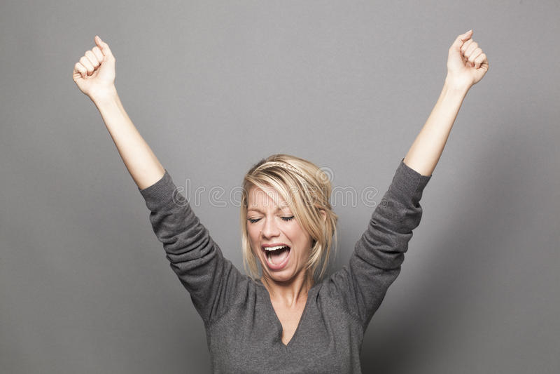 De schreeuwende vrouw die van het jaren '20blonde handen voor overwinning opheffen stock afbeeldingen