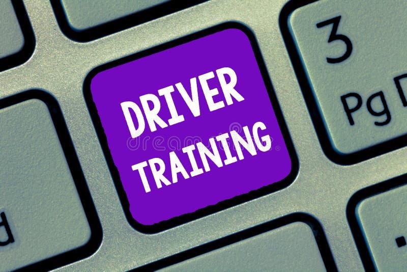 De schrijvende Bestuurder Training van de handschrifttekst De conceptenbetekenis bereidt een nieuwe bestuurder voor om een rijbew stock foto