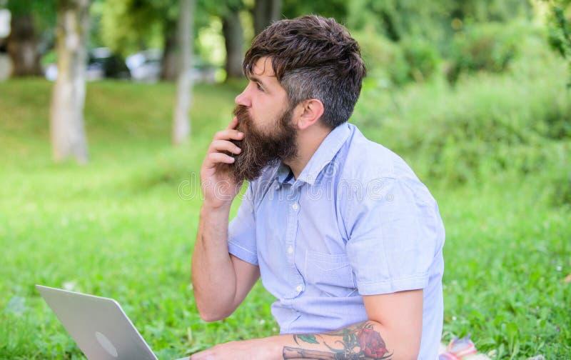 De schrijver of blogger schrijft post voor sociaal netwerk Creativiteitcrisis Leidt het Blogger nadenkende gezicht tot inhoud hip royalty-vrije stock fotografie