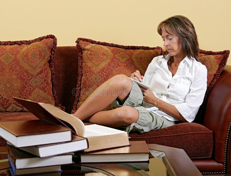 De schrijver die van de vrouw thuis werkt stock afbeeldingen