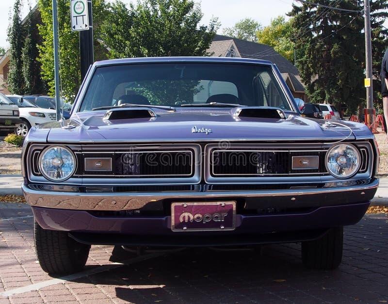De schrijver uit de klassieke oudheid herstelde Pijltje Swinger van Dodge van 1970 het Purpere stock afbeeldingen