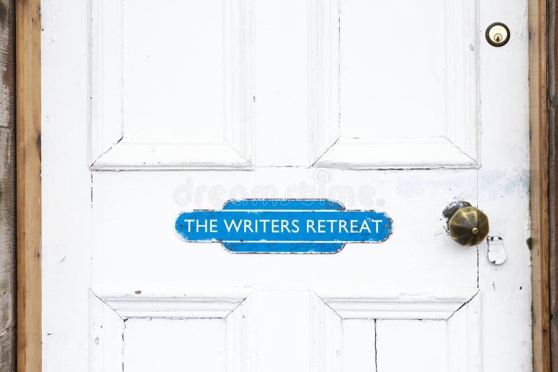 De schrijvers gaan deurteken bij ingang terug aan stille vredesruimte voor mindfulness en het denken het schrijven streek royalty-vrije stock foto