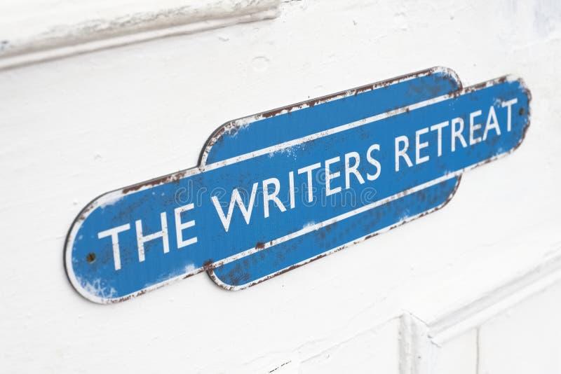 De schrijvers gaan deurteken bij ingang terug aan stille vredesruimte voor mindfulness en het denken het schrijven streek royalty-vrije stock afbeeldingen