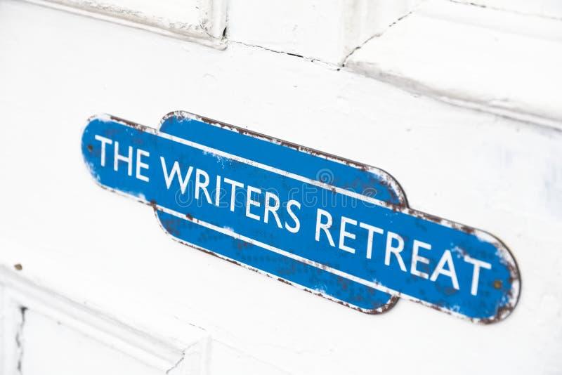 De schrijvers gaan deurteken bij ingang terug aan stille vredesruimte voor mindfulness en het denken het schrijven streek stock afbeeldingen