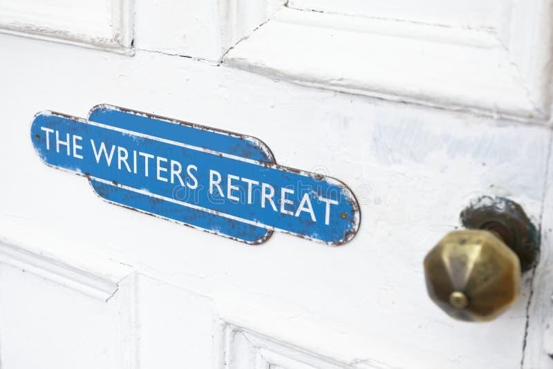 De schrijvers gaan deurteken bij ingang terug aan stille vredesruimte voor mindfulness en het denken het schrijven streek stock fotografie