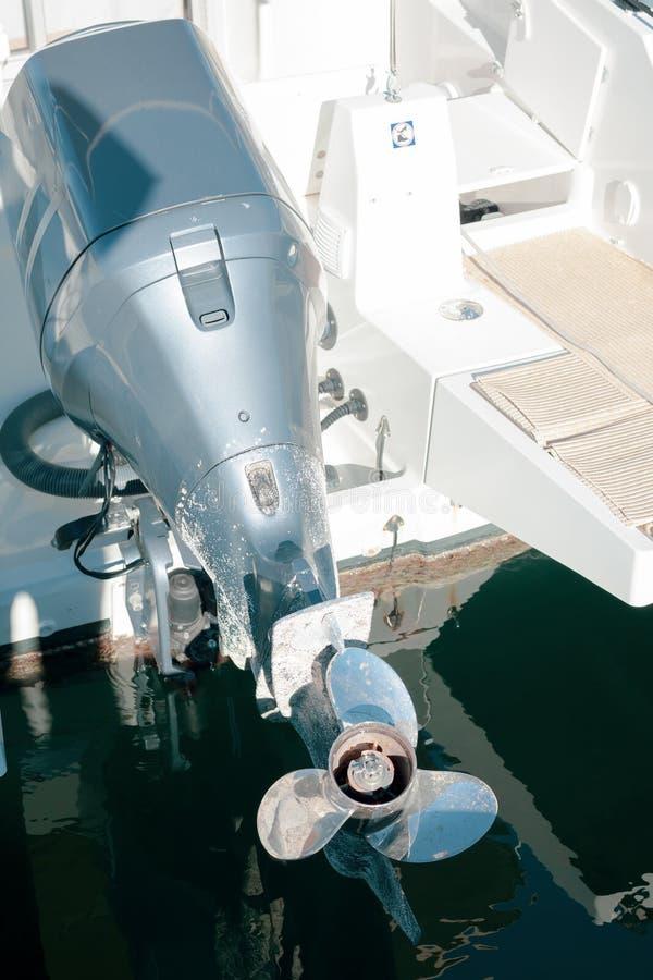 De schroef van de motorboot op zeewaterachtergrond stock foto