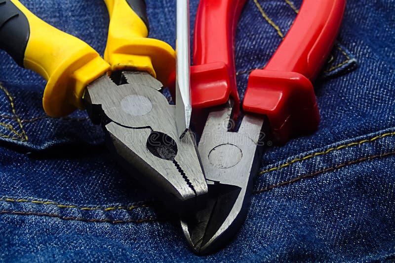 De schroevedraaier laste de zijreeks van de snijdersbuigtang van van de achtergrond hulpmiddelenelektricien techniek in stock afbeelding
