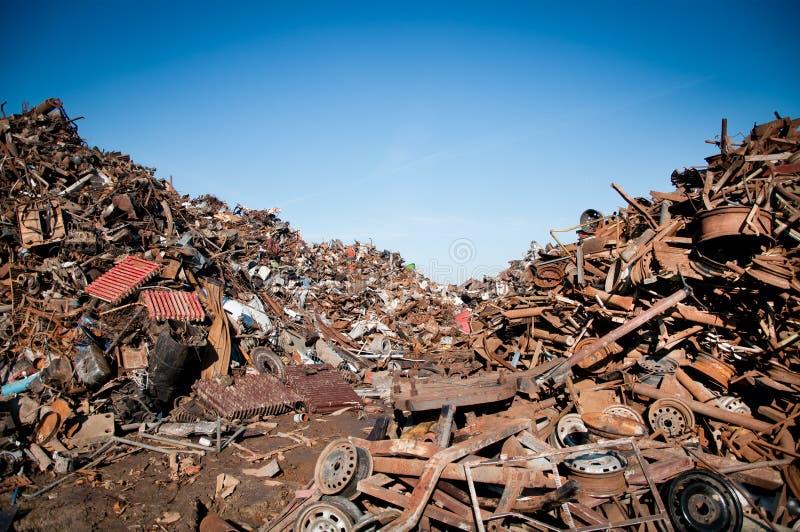 De schroot van het ijzer die wordt samengeperst om te recycleren stock foto's