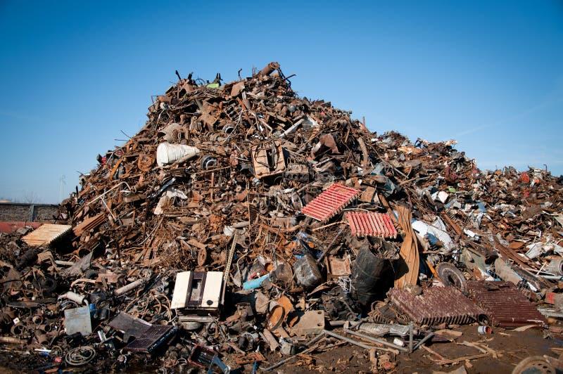 De schroot van het ijzer die wordt samengeperst om te recycleren royalty-vrije stock afbeelding
