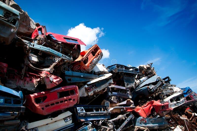 De schroot van het ijzer die wordt samengeperst om te recycleren stock afbeeldingen