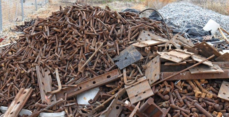 De schrootstapel in spoorwerf wacht op recycling royalty-vrije stock foto