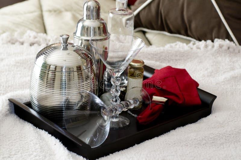 De schudbeker van martini op dienblad dat op bed legt royalty-vrije stock foto's