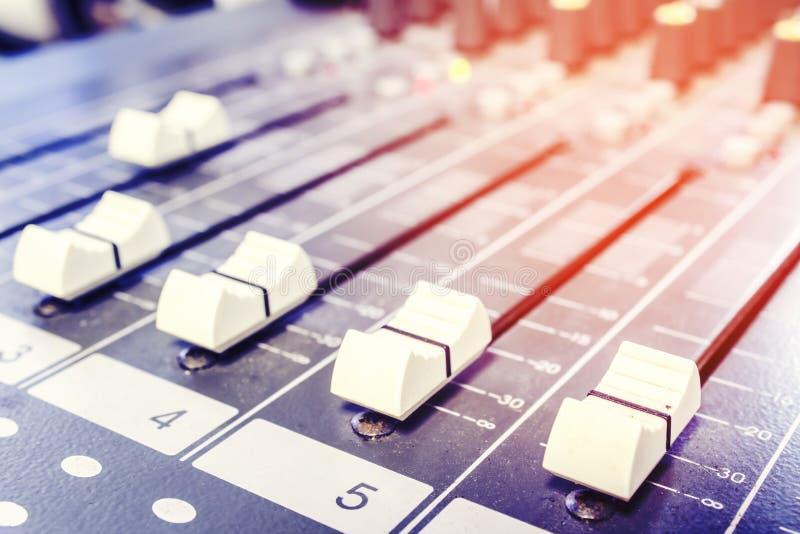 De schuifcontrole van de close-up audiomixer royalty-vrije stock foto's