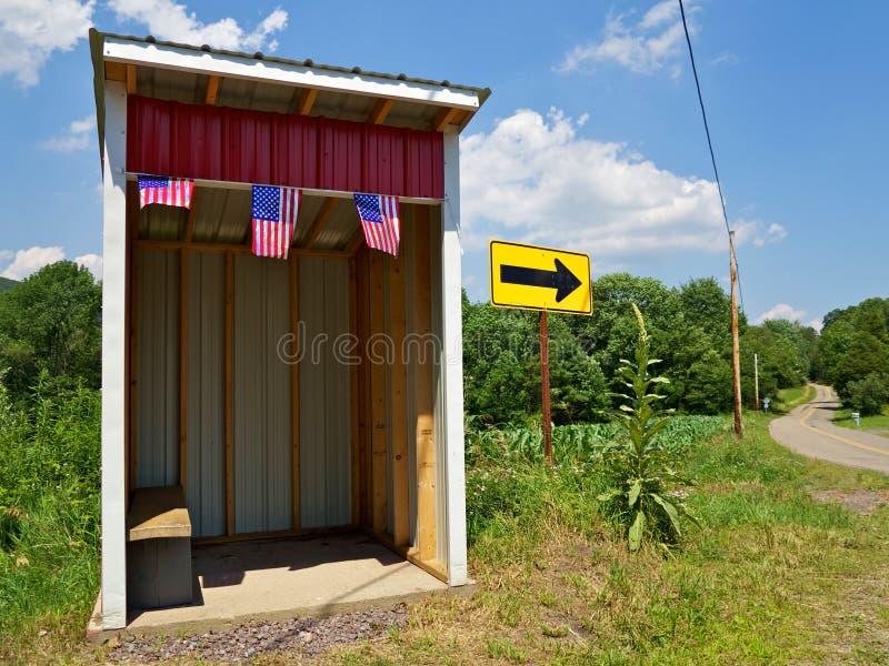 De Schuilplaats van de Bushalte van de school Naast het Winden van Weg royalty-vrije stock afbeeldingen