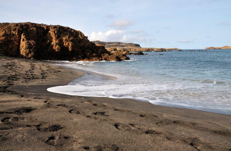 De schuimende golven wassen het strand royalty-vrije stock afbeeldingen