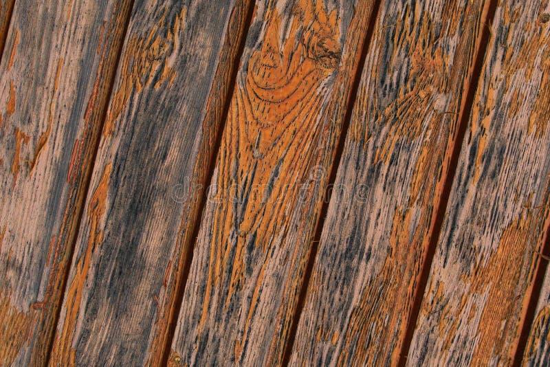 De schuine houten verbindingen van de paneel verticale strook doorstonden de stijve achtergrond van de basis vlokkige oude oranje stock afbeelding