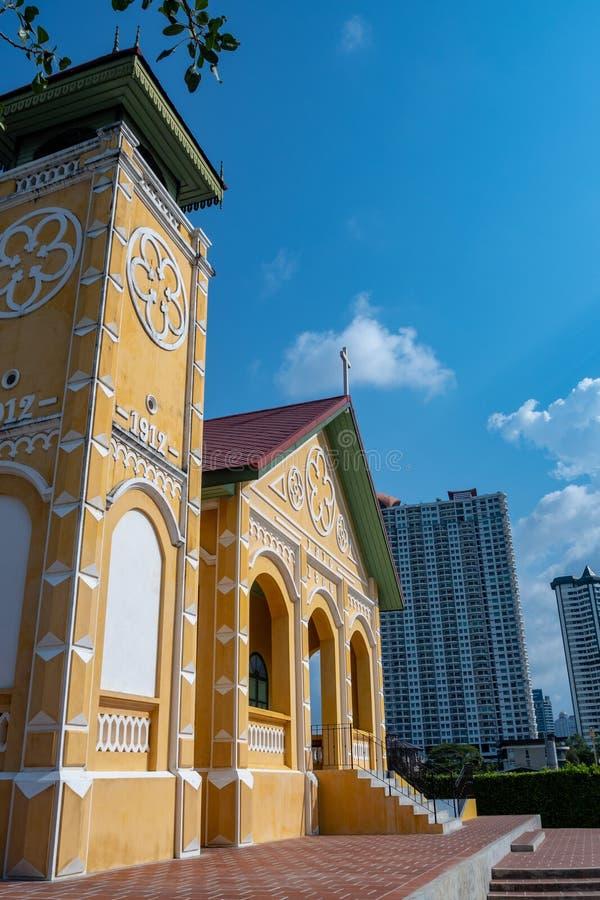 De schuine mening over de voorzijde van de kleine kerk op duidelijke blauwe hemelachtergrond stock fotografie