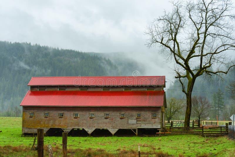 De schuur met Red Roof zit op een gebied stock foto