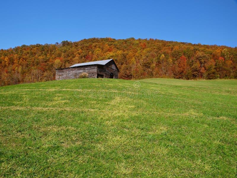 De schuur van de berg in de herfst stock afbeeldingen