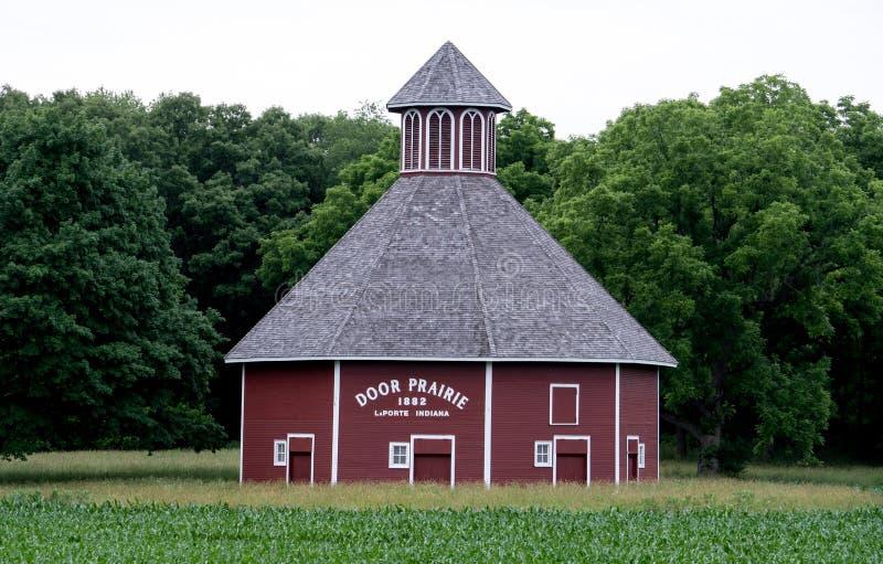 De schuur van de deurprairie in Indiana stock foto