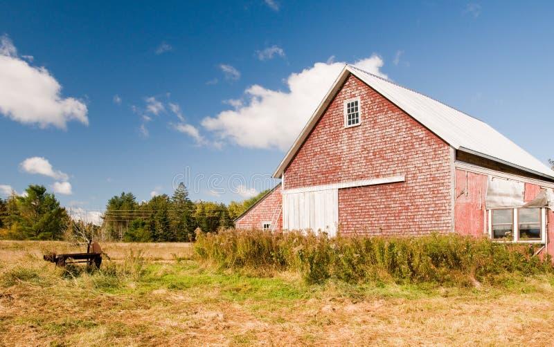 De schuur van het land op de herfstgebied stock afbeelding