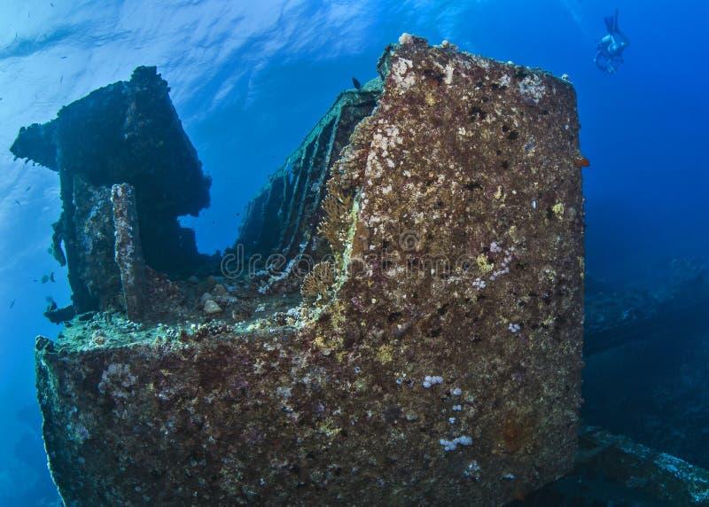 De scuba-duiker, onderwaterfotograaf zwemt over wrak in het Rode Overzees van de kust van Egypte stock foto