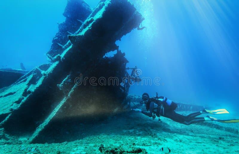De scuba-duiker onderzoekt s gedaald wrak in het Egeïsche overzees royalty-vrije stock foto's
