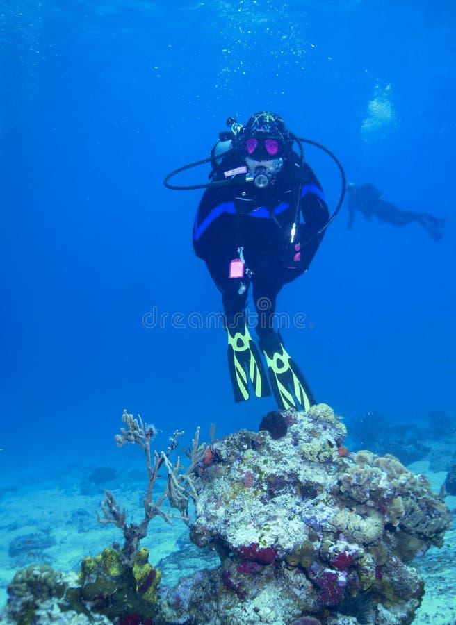 De scuba-duiker van de vrouw onderwater op koraalrif royalty-vrije stock foto's