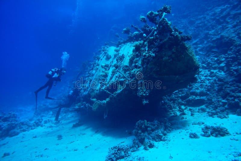 Scuba-duikers bij onderwaterwrak royalty-vrije stock foto