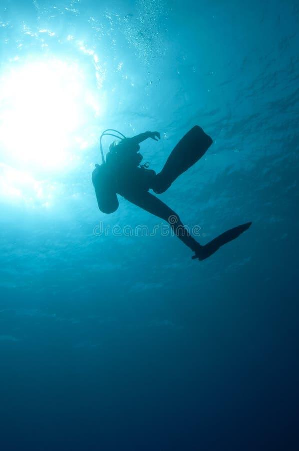 De scuba-duikers van Sihlouetted stock fotografie