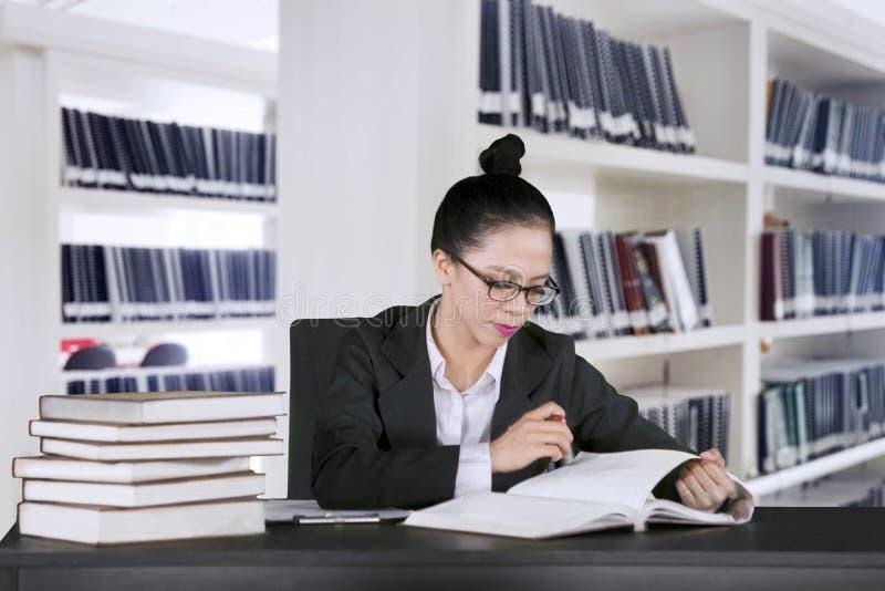 De secretaresse controleert documenten in de archiefruimte stock foto's