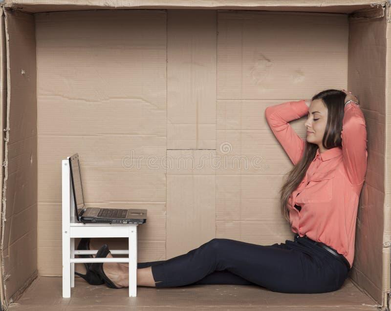 De secretaresse rust in een belemmerd bureau, vrije tijd royalty-vrije stock afbeelding