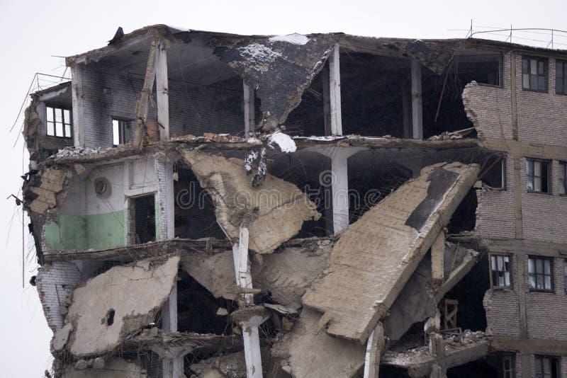 De secties van de Zaal in het helft-vernietigde gebouw De instorting van de muur stock afbeelding