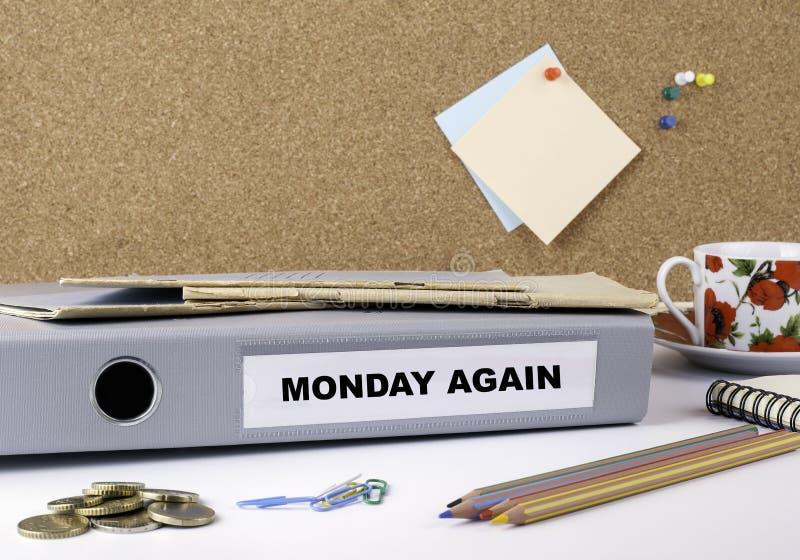 De segunda-feira dobrador outra vez - na mesa de escritório branca fotografia de stock royalty free