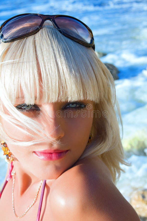 De seksuele jonge blonde het meisje op een strand stock fotografie