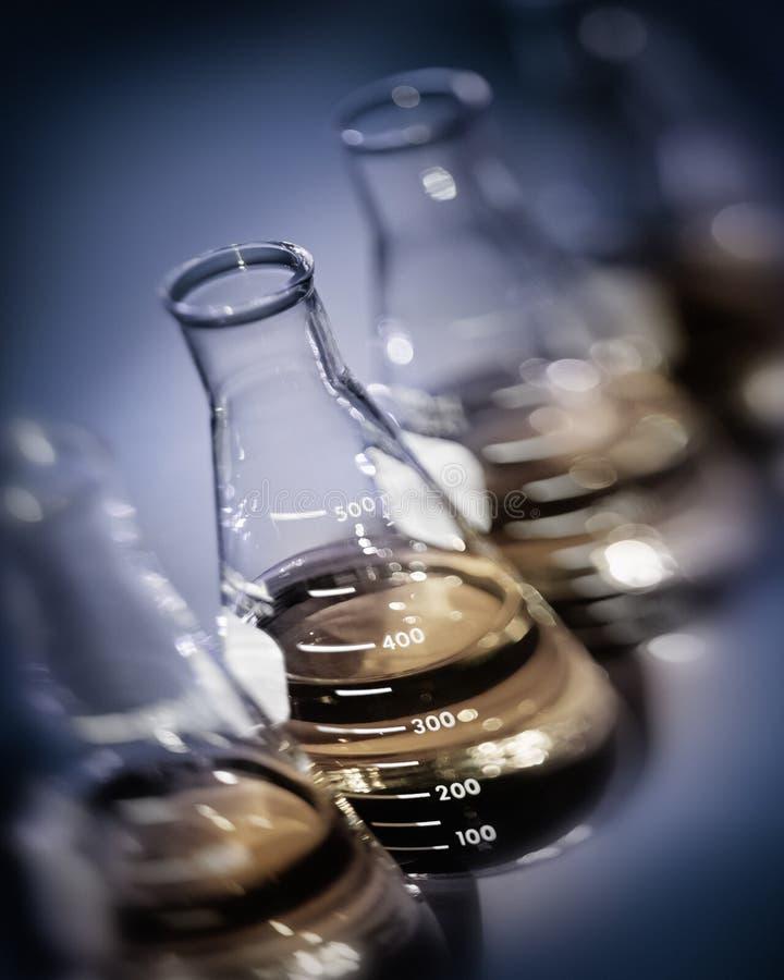 De selectieve flessen van het nadruklaboratorium met gele gouden oplossingen royalty-vrije stock foto