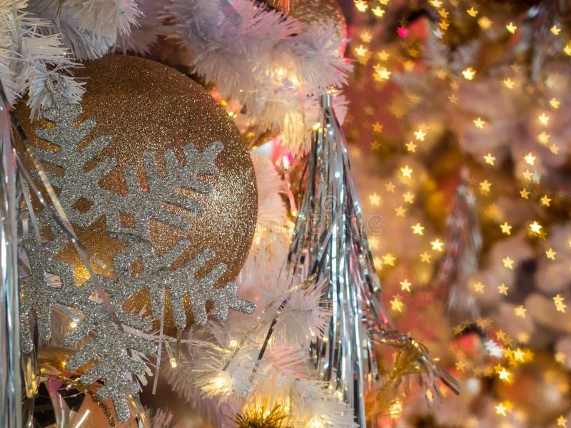 De selectieve nadruk op een gouden decoratie van de kleurenbal op christm stock fotografie
