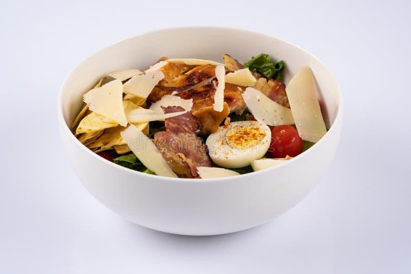 De selectieve salade van nadrukcaesar met geroosterd chiken, bacon, kwartelseieren, slabladeren, spaanders, parmezaanse kaas, ker stock foto's