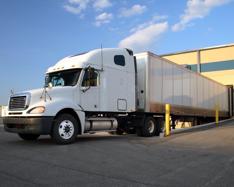 De semi Aanhangwagen van de Vrachtwagen/van de Tractor bij ladingsdok stock foto's