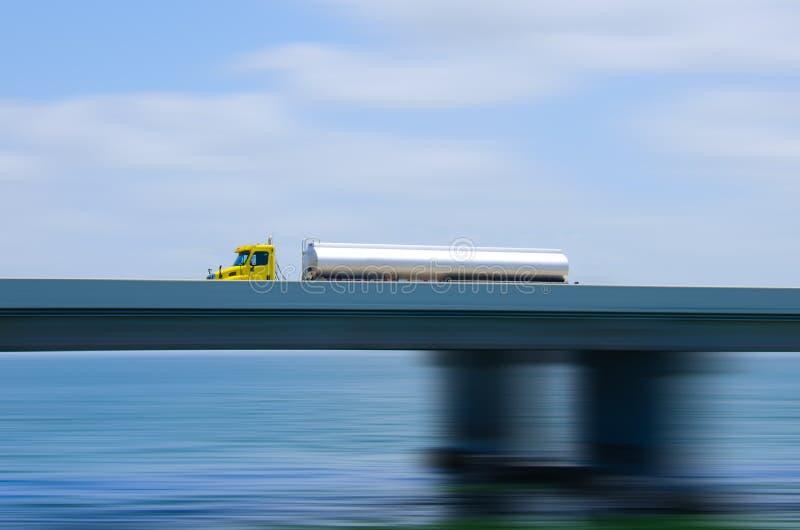 De Semi Vrachtwagen Van De Brandstoftanker Op Brug Met Motieonduidelijk Beeld Stock Foto's