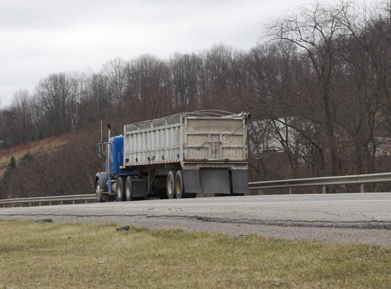 De semi Vrachtwagen van de Stortplaats van de Vrachtwagen stock afbeelding